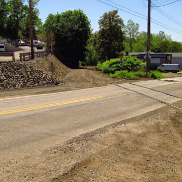 2015: The Forbes Road crossing still has tracks.
